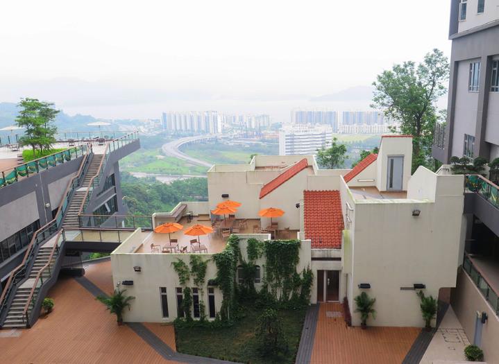 這棟白色西班牙建築是香港中大伍宜孫書院最好的空間,作為住宿生的健身房。記者王彩鸝/攝影