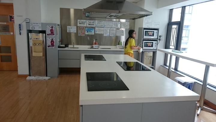 香港中大每個書院宿舍樓層都設有廚房,讓住宿生自己下廚。記者王彩鸝/攝影