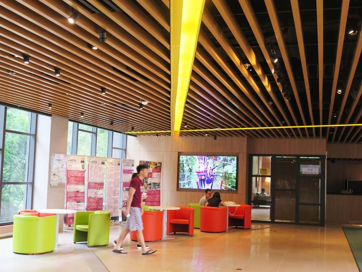 香港中大伍宜孫書院的Lobby,走星級飯店風。記者王彩鸝/攝影