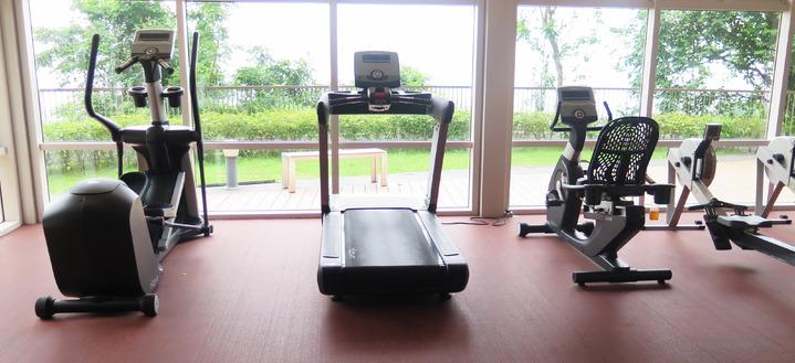 設在伍宜孫書院的住宿生健身房,面向無敵海景。記者王彩鸝/攝影