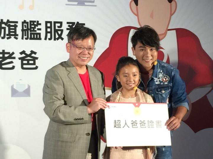 趨勢科技今天舉行「打造超人老爸」記者會,邀請藝人王仁甫(右一)挑戰常見的3C問題,由趨勢科技台灣暨香港區總經理洪偉淦(左一)頒發超人爸爸證書。  記者羅秀文/攝影