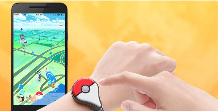 專屬穿戴裝置「Pokemon Go Plus」,當有怪獸接近時就會震動提醒,不必隨時低頭看手機。圖/取自Pokemon Go官網