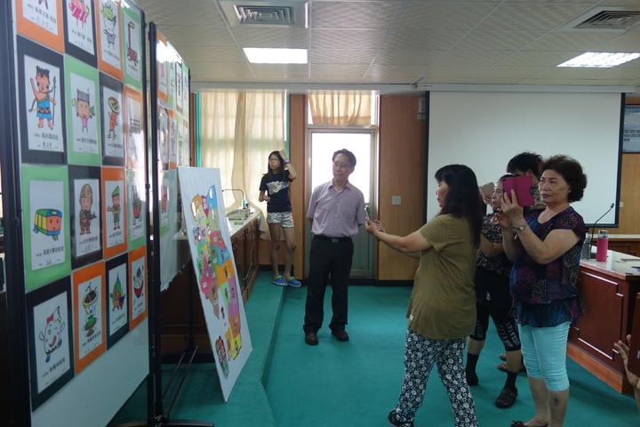 學員們看見自己的設計大寮區25里吉祥娃娃,拍照留念。記者劉星君/攝影