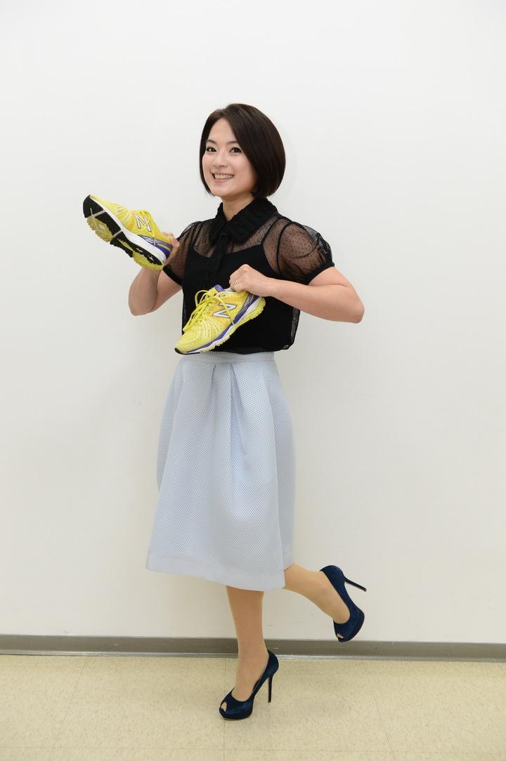 八大「WTO姐妹會」主持人高伊玲捐二手鞋響應公益。圖/八大提供