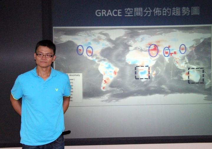 台大大氣科學系助理教授羅敏輝參與跨國研究團隊,利用太空遙測衛星「GRACE」找到冰川融化持續、海平面上升卻趨緩的奧秘。記者洪欣慈/攝影