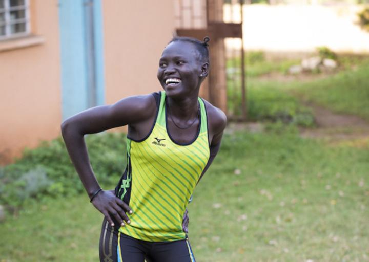 蘿絲赤腳站上奧運舞台,要為難民發聲。圖/取自國際奧會官網
