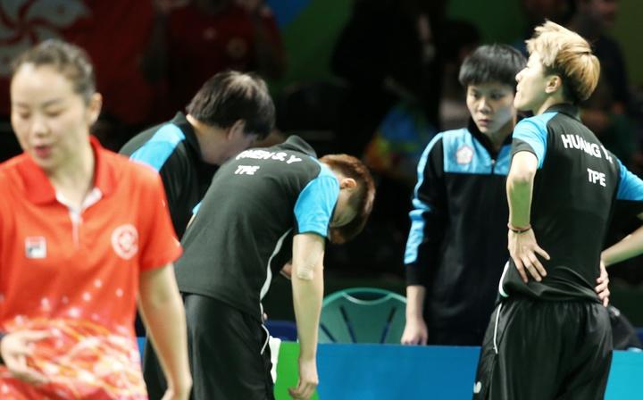 里約奧運桌球女子團體賽下午由中華臺北出戰香港,目前以1:2落後;全隊在休息時間討論戰術,氣氛顯得低落。特派記者陳正興/攝影