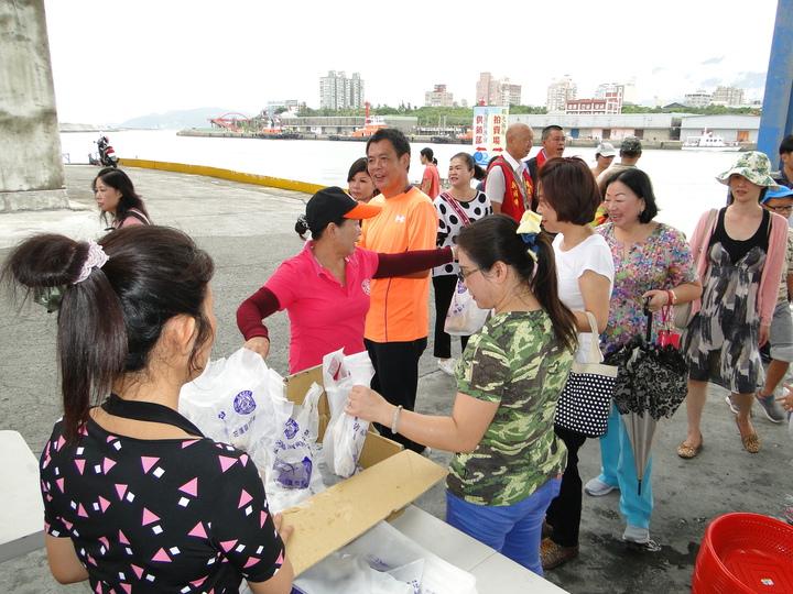 民眾排隊領取免費魚丸。記者范振和/攝影
