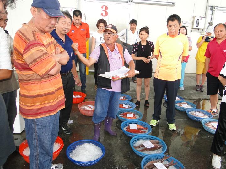 花蓮區漁會魚市場主任蔡維盛(中)主持魚獲叫賣活動。記者范振和/攝影