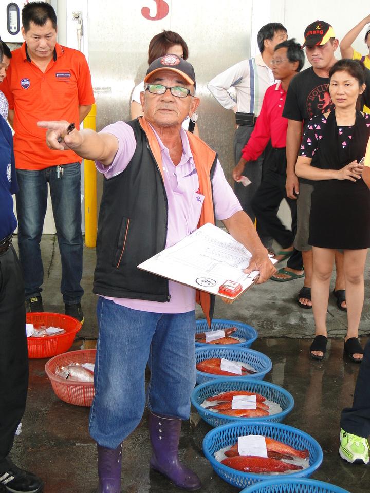 花蓮區漁會魚市場主任蔡維盛叫賣漁獲,一點也不含糊。記者范振和/攝影