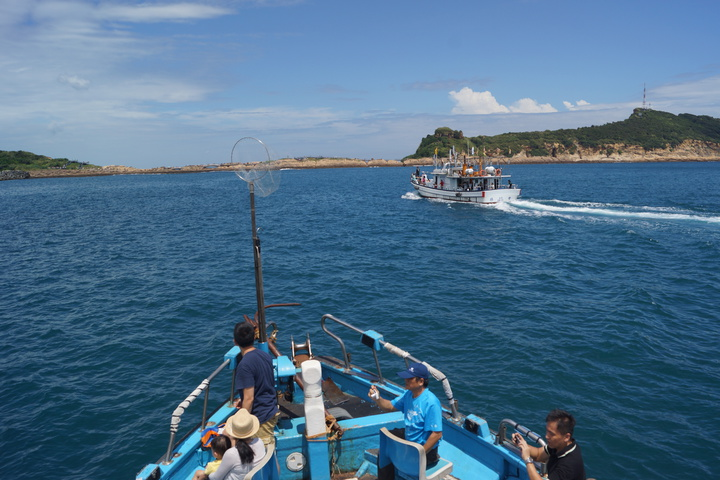民眾體驗搭船出海,沿途欣賞有柳岬風光。記者曾健祐/攝影