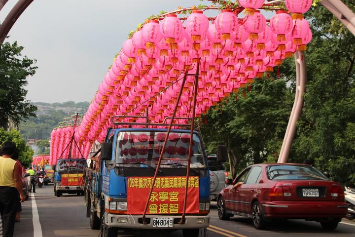 一台台大型水燈排燈車,自義民廟前廣場駛往鳳山溪。記者許政榆/攝影