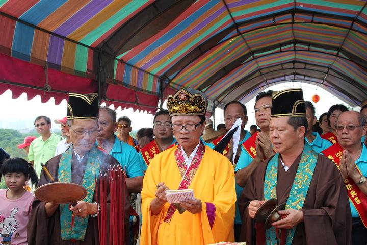 2016新埔義民祭放水燈儀式,由法師進行法會儀式、誦經。記者許政榆/攝影