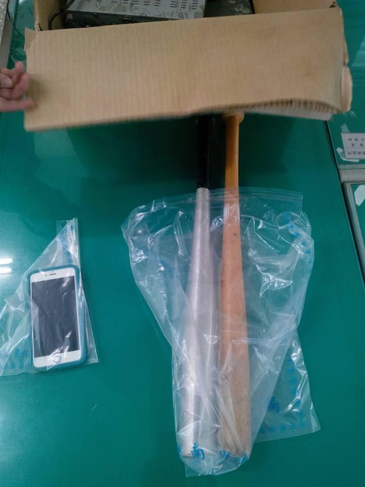 歹徒搶走被害人的手機,及持球棒犯案。圖/學甲警分局提供