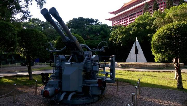 位於台北市士林區的北安公園,近期悄悄改名,成為台北市首座「八二三紀念公園」,園內也增加兩座當年參與抗戰期間的砲塔,紀念當年台灣人真心保家衛土的無畏精神。圖/市議員何志偉研究室提供