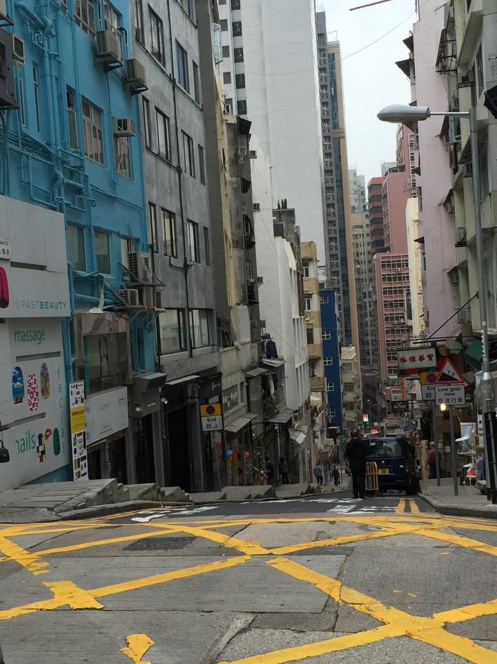 根據「香港個世代大學生收入比較研究報告」,這一代年輕人起薪相較於20年前,少了約3000元、18%。圖為香港街景。記者洪欣慈/攝影