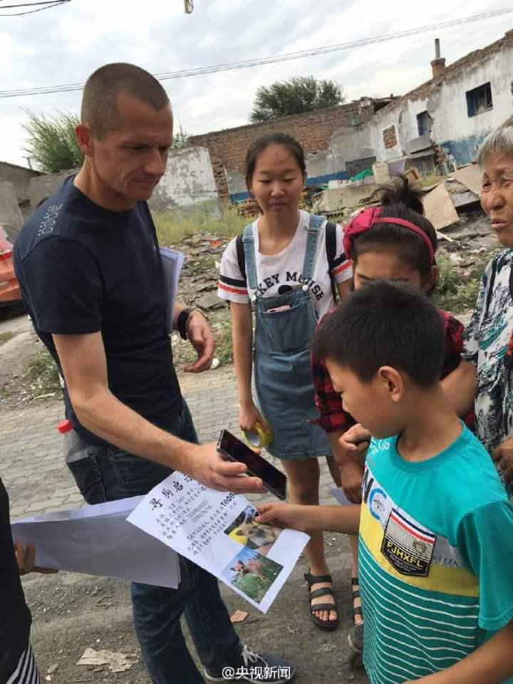 超馬選手李奧納與志願者在烏魯木齊尋找「戈壁」。(鳳凰網)
