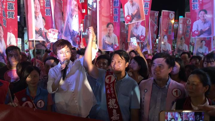 國民黨主席洪秀柱高舉候選人魏嘉賢的手,呼籲選民要支持魏嘉賢,才能讓花蓮的明天更好。記者徐庭揚/攝影