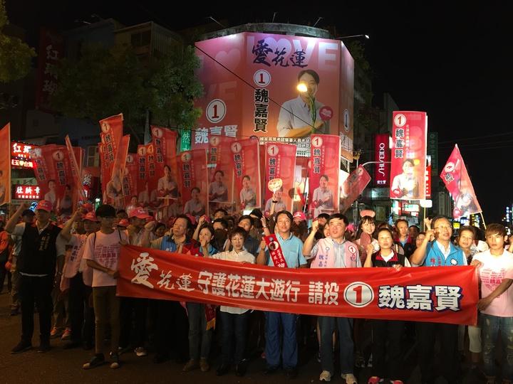 國民黨候選人魏嘉賢(中)在逾千名支持者中,伴隨磅礡鼓聲浩浩蕩蕩從魏在花崗山上的國民黨縣黨部出發。記者徐庭揚/攝影