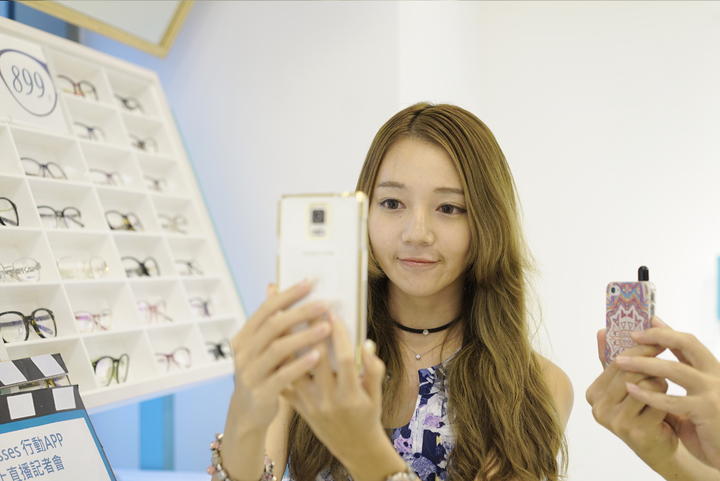 網紅正妹部落客小米Livia認為線上AR試戴App有如眼鏡試衣間。圖/FitGlasses提供