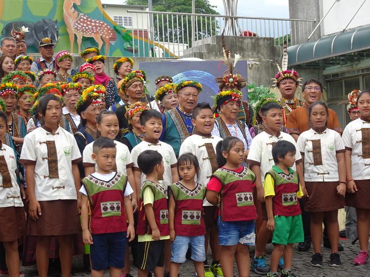 地磨兒國小這學期起啟動民族實驗教育,今天是開學日,包括部落耆老均來祝賀,期待學校展現新的民族教育。記者翁禎霞/攝影