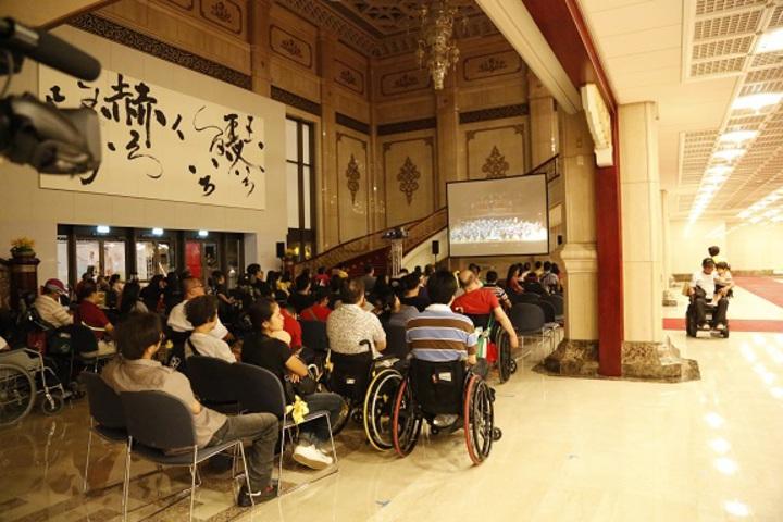 脊髓損傷基金會2013年在國家音樂廳辦友善新世界音樂會,因太多輪椅觀眾無法進場,只能聚在大廳看轉播。 圖/脊髓損傷基金會提供