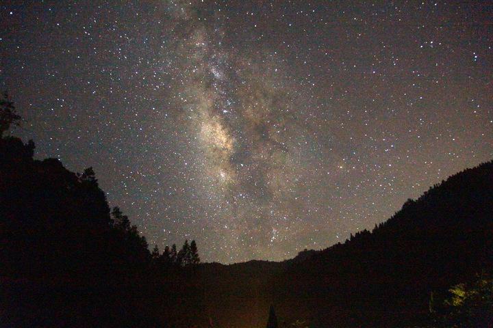 杉林溪夜晚無光害,晴朗的夜空可盡情欣賞壯觀的滿天星斗。圖/杉林溪提供