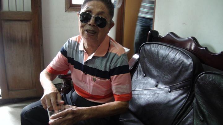 王瓊玲帶了昔日阿祿叔作戰受傷陣地的沙子給他。記者謝恩得/攝影