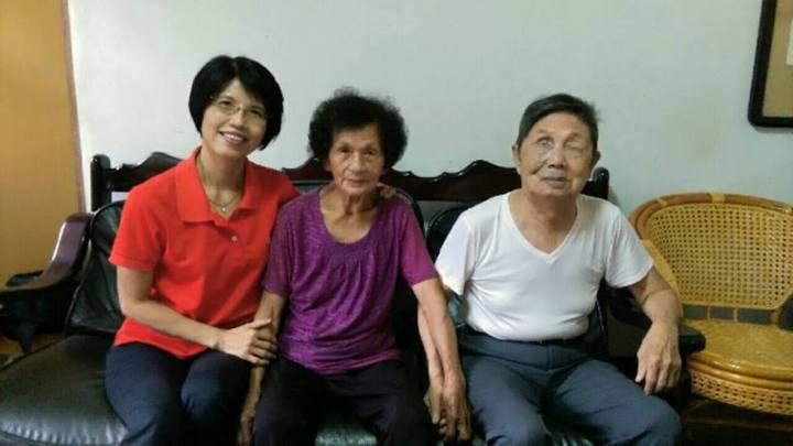 王瓊玲(左)花了近一年時間訪談阿祿叔和阿祿嬸動人心弦的823故事。照片王瓊玲提供