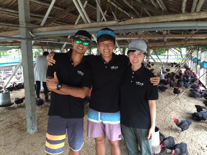 陳立言(中)邀衝浪好友江本渝(左)一起養雞,太太莊又端(右)長榮空姐退役,三人一起在養養雞場打拚。記者謝梅芬/翻攝