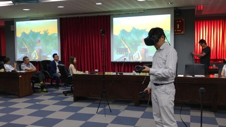 利用AR/VR(虛擬及擴增實境)的遊戲學習化學元素週期,更加活潑吸引學習動機。記者莊琇閔/攝影