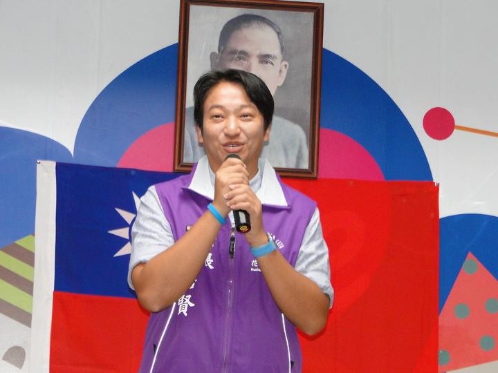 花蓮新科市長魏嘉賢換穿紫色背心,強調施政將不分顏色、不分藍綠。記者范振和/攝影