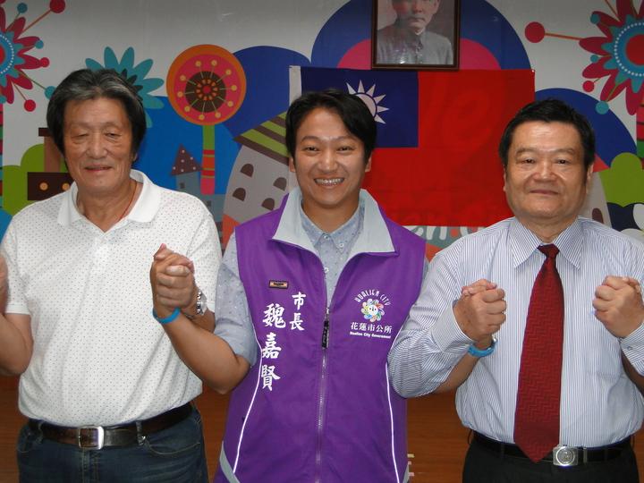 花蓮市長魏嘉賢(中)與前縣議員父親魏東河(左)、前市長伯父魏木村(右)接受大家的祝福。記者范振和/攝影