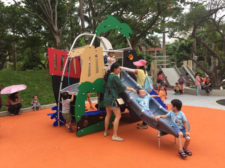新竹市中央公園多功能的溜滑梯與遊具。記者李青霖/攝影