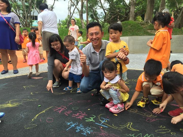 彩繪大地區,孩子可恣意發揮想像力。記者李青霖/攝影