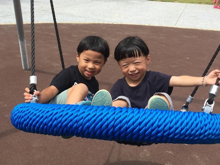 新竹市中央公園碗型盪鞦韆,孩子樂翻了。記者李青霖/攝影