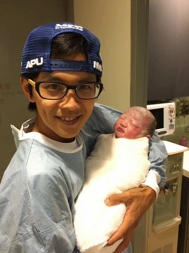 阿翔把剛出生的女兒取暱名叫「舒芙蕾」,家中全是甜點名。圖/取自阿翔臉書