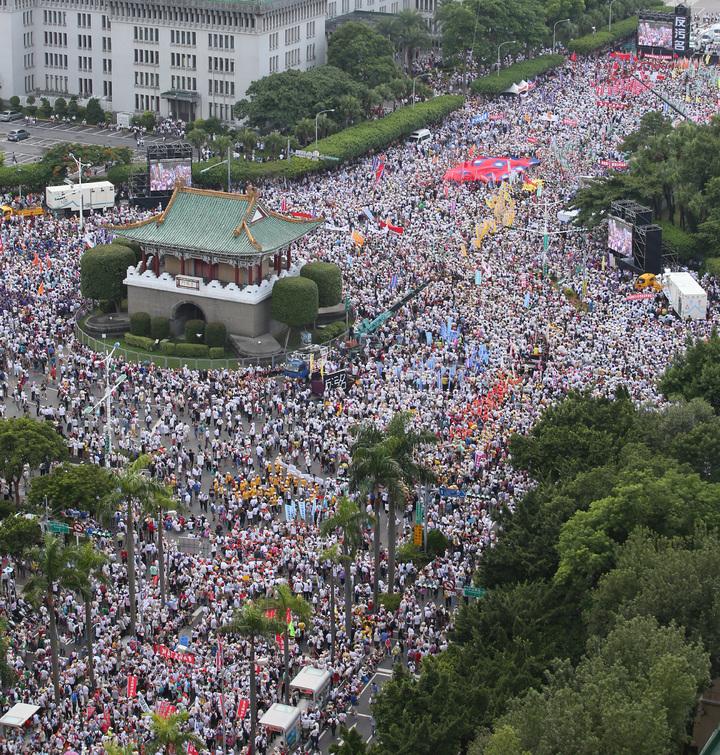 監督年金改革行動聯盟發起的九三大遊行登場,遊行訴求「反汙名,要尊嚴」,號召退休軍公教警消勞人員走上街頭,遊行隊伍集結在景福門前,主辦單位宣稱有25萬人。記者陳柏亨/攝影