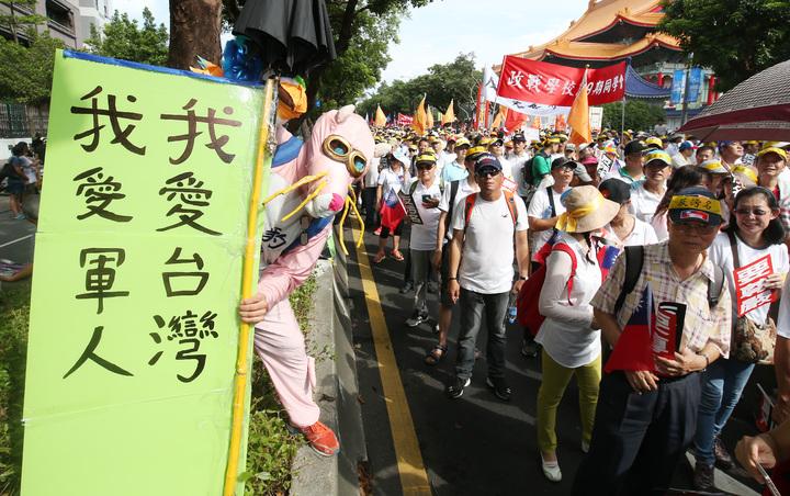 監督年金改革行動聯盟發起的九三大遊行登場,遊行訴求「反汙名,要尊嚴」,號召退休軍公教警消勞人員走上街頭。記者陳柏亨/攝影