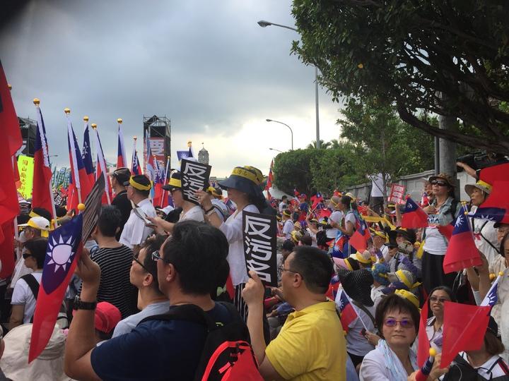 九三軍人節遊行抗議隊伍集結凱達格蘭大道前。記者許家瑜/攝影