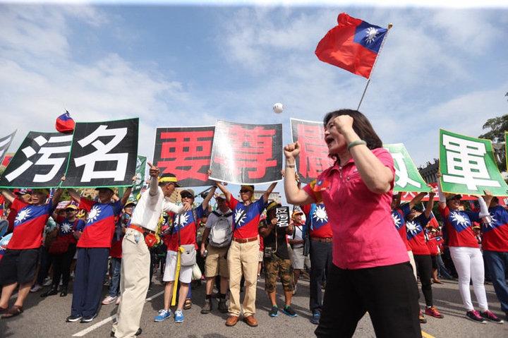 監督年金改革協會下午在凱道上發起反污名、要尊嚴遊行。(記者程宜華/攝影)