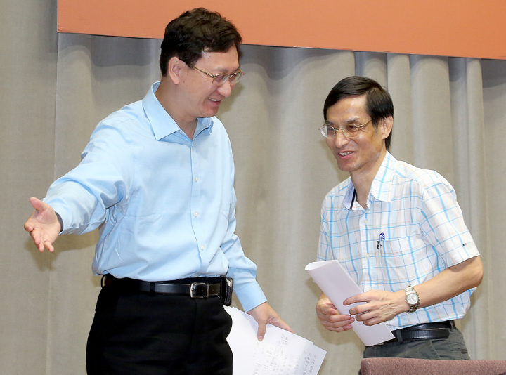 行政院發言人童振源(左)與年金改革委員會副召集人林萬億(右)。記者余承翰/攝影