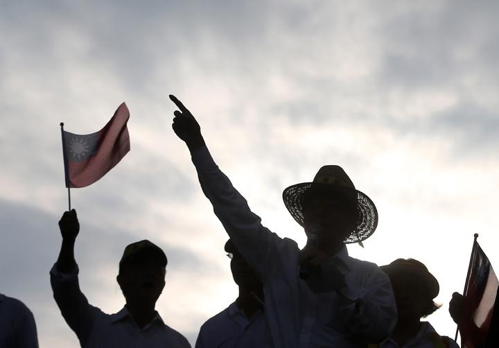 監督年金改革協會下午在凱道上舉行「反污名、要尊嚴」遊行,數十萬抗議民眾要求政府信守承諾。記者林澔一/攝影