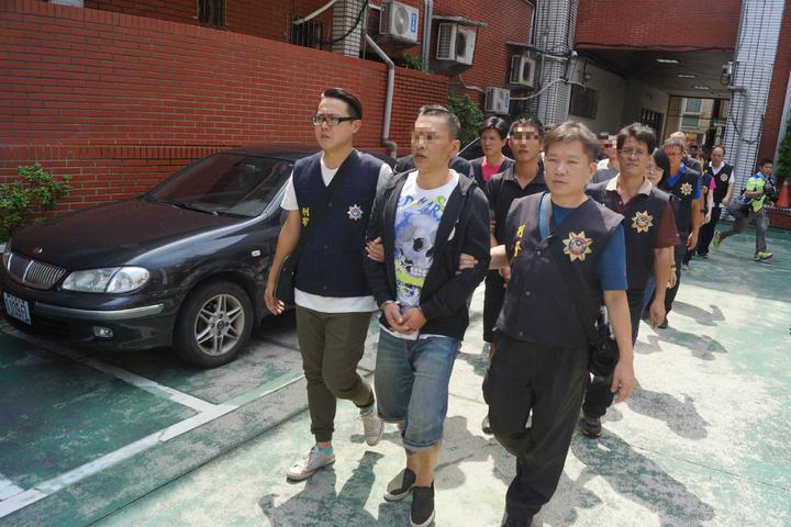 警方今天將主嫌吳男等10名嫌犯移送基隆地檢署偵辦。記者曾健祐/攝影