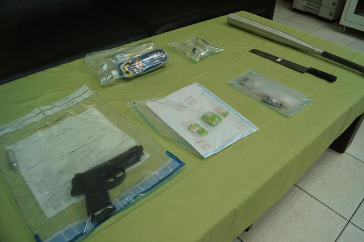 警方查獲空氣槍、西瓜刀、球棒,毒品等多項證物。記者曾健祐/攝影