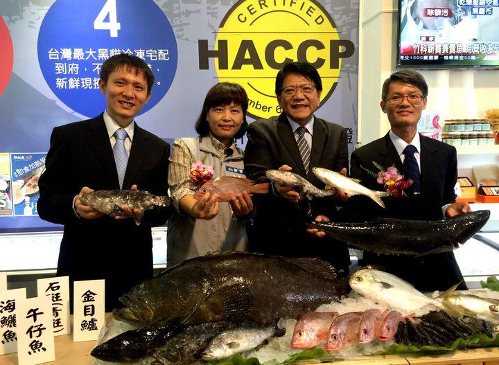 竹科人創辦的媽媽魚超市,引入屏東縣農漁牧產品到新竹店,縣長潘孟安(右2)強調,這些產品都經認證,健康無毒。記者李青霖攝影
