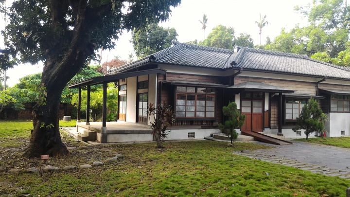 日式木造廠長宿舍庭院寬廣,景觀優美,吸引許多攝影迷拍照。記者黃宣翰/攝影