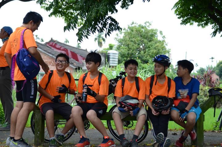 雲林縣立樟湖生態國中小學生穿的運動服都是排汗衣。圖/陳清圳提供