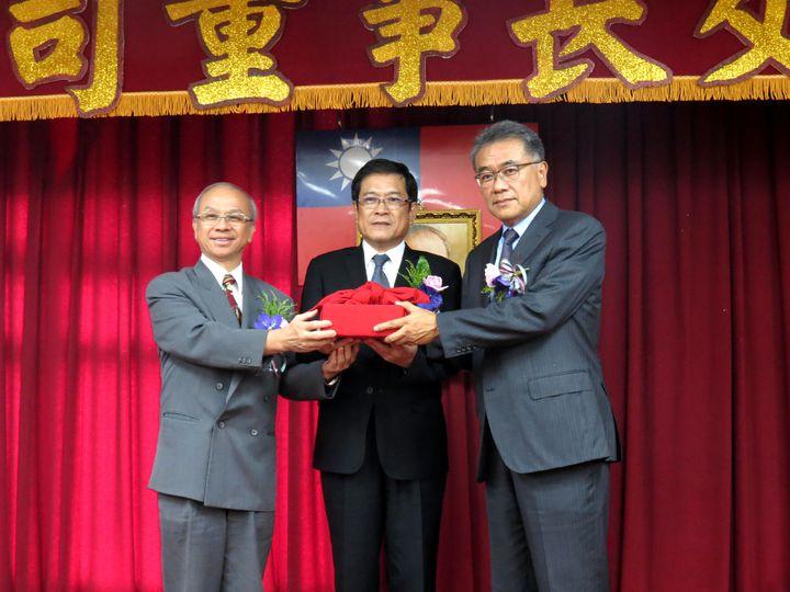 台糖董事長陳昭義(左)下午卸任,由黃育徵接任、經濟部次長楊偉甫監交。記者周宗禎/攝影