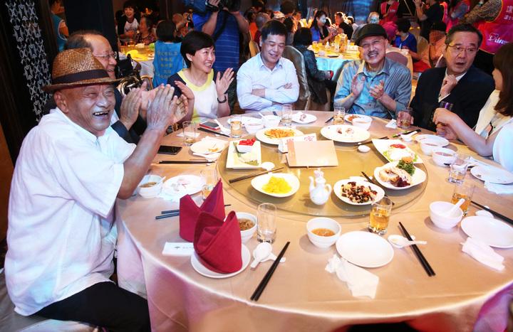 本屆金鐘評審巴戈(右一)下午以台灣優質生命協會理事長身分出席「謝謝您感恩餐會」,並邀來余天(右二)、凌峰(左一)、郁方、王彩樺、梁赫群、翁滋蔓等藝人共襄盛舉,藝人們紛紛捐出自己收藏的物品義賣。記者胡經周/攝影